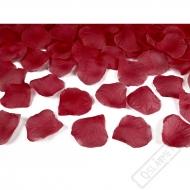 Okvětní lístky růží bordó